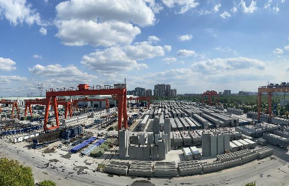 东西城市轴线东段(龙泉驿区界-金简黄快速路)工程顺利完成首根装配式墩柱安装工作